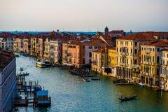 五颜六色的大厦在日落前的威尼斯 免版税库存照片