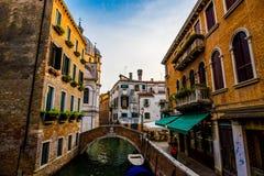 五颜六色的大厦在日落前的威尼斯 免版税库存图片