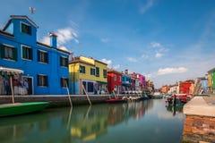 五颜六色的大厦在Burano海岛 免版税库存照片