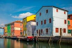 五颜六色的大厦在Burano海岛 免版税库存图片