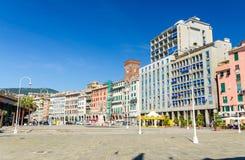 五颜六色的大厦行在老欧洲城市热那亚的历史中心 免版税库存照片
