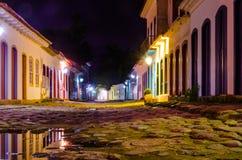 五颜六色的大厦街道在晚上Paraty 免版税库存图片