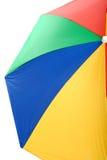 五颜六色的大开放沙滩伞黄色红色蓝色和绿色 免版税库存图片