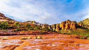 五颜六色的大教堂岩石和其他红色岩石山在橡树溪村庄和塞多纳之间 库存图片