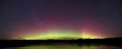 五颜六色的天堂般的门由北极光做成 库存照片
