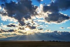 五颜六色的天空有在山的太阳背景 日落,日出 免版税库存照片
