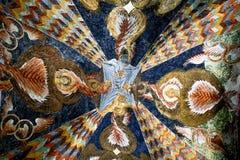 五颜六色的天花板在教会里 免版税库存照片