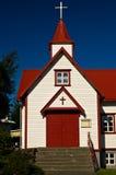 五颜六色的天主教会在阿克雷里 免版税库存图片