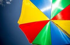 五颜六色的太阳遮阳伞特写镜头在海滩的反对蓝天 图库摄影