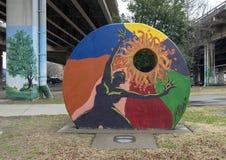 五颜六色的夫人和太阳在艺术停放,深Ellum,达拉斯,得克萨斯 库存图片