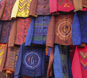 五颜六色的夹克在奇奇卡斯特南戈市场上 免版税库存图片