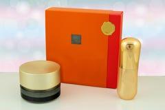 五颜六色的套在白色桌上的化妆用品在明亮的舞步前面 库存照片