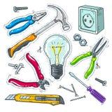 五颜六色的套木匠业工具、电灯泡、插口和锤子 免版税库存图片
