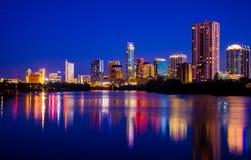 五颜六色的奥斯汀夜场面显示百万的城市光 库存图片