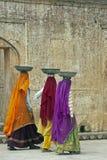 五颜六色的女性劳动者s莎丽服 免版税库存照片