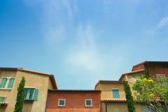 五颜六色的威尼斯大厦样式和蓝天 库存图片