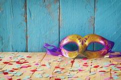 五颜六色的威尼斯式化妆舞会面具 选择聚焦 被过滤的葡萄酒 图库摄影