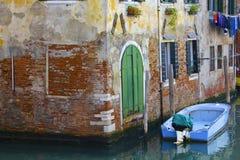 五颜六色的威尼斯式运河场面 库存图片