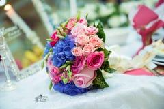 五颜六色的婚礼开花花束 美丽的新娘花束 免版税库存照片