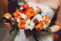 五颜六色的婚礼花束特写镜头在新娘的 库存图片