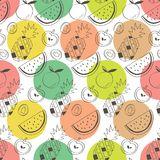 五颜六色的子弹用菠萝、西瓜、苹果、猕猴桃和桔子 免版税库存图片