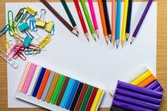 五颜六色的学校用品和设备教育艺术框架  免版税库存图片