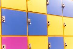 五颜六色的学校衣物柜 库存照片