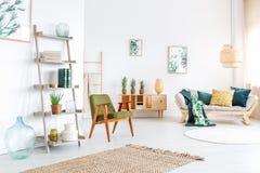 五颜六色的客厅用菠萝 免版税库存图片