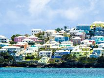 五颜六色的家在反对绿松石海的百慕大 库存图片