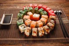 五颜六色的寿司卷uramaki集合特写镜头 食物艺术 免版税库存照片
