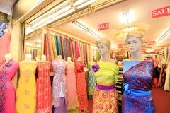 五颜六色的小印地安布料商店 免版税库存图片