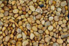 五颜六色的小卵石向纹理扔石头 免版税库存照片