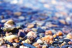 五颜六色的小卵石背景 免版税库存照片
