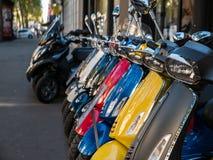 五颜六色的小型摩托车在巴黎街道上排队了 免版税库存照片