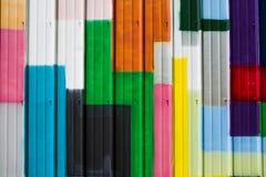 五颜六色的小条积土金属容器墙壁 免版税库存照片