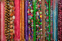 五颜六色的小珠和宝石字符串  免版税库存图片