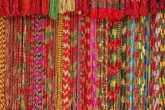 五颜六色的小珠手工制造子线明亮的背景在室外工艺市场上在加德满都,尼泊尔 免版税库存照片