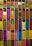 五颜六色的小珠手镯待售,印地安市场 免版税库存图片