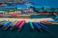 五颜六色的小船和木筏房子在歌曲Kalia河 免版税库存图片