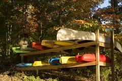 五颜六色的小船和独木舟和皮船 免版税库存照片