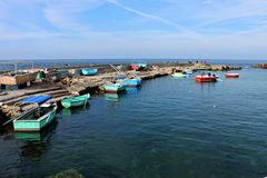 五颜六色的小船在一个小老地中海港口 库存图片