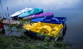 五颜六色的小船在河 免版税库存照片