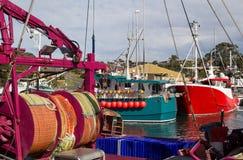 五颜六色的小船在港口 库存图片