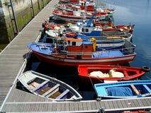 五颜六色的小船在西班牙港口 库存图片