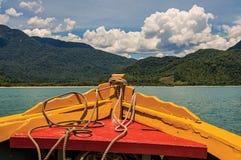 五颜六色的小船弓看法与海、森林和晴朗的天空的在Paraty附近 免版税图库摄影