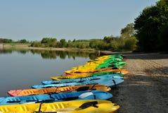 五颜六色的小船湖岸 免版税图库摄影