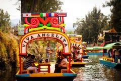 五颜六色的小船的图片在古老阿兹台克运河的在Xochimi 库存照片