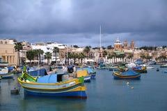 五颜六色的小船被停泊在Marsaxlokk,马耳他 图库摄影