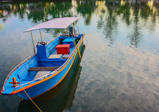 五颜六色的小船 免版税库存照片