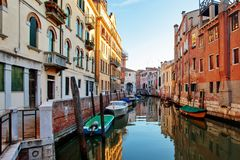 五颜六色的小运河在威尼斯意大利 免版税库存图片
